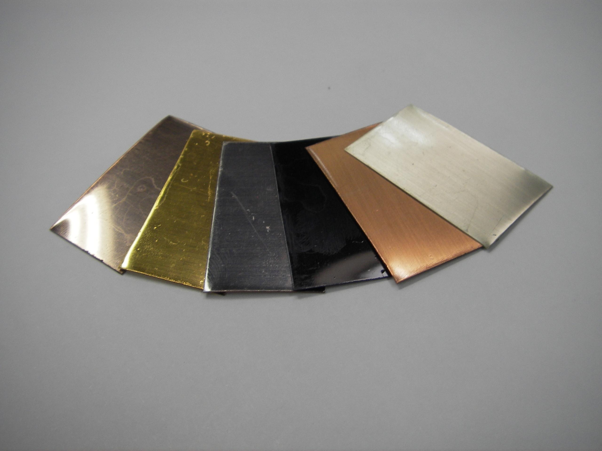 ドライプレーティング法では、金の代わりにチタンにより金色が出せるほかチタンやアルミニュウムは電解発色法により黄色、赤、緑、青等の様々な色調を出す事ができる。